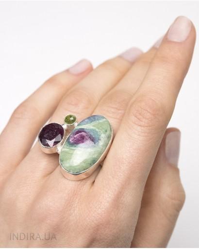 Кольцо с цоизитом, рубином и хризолитом