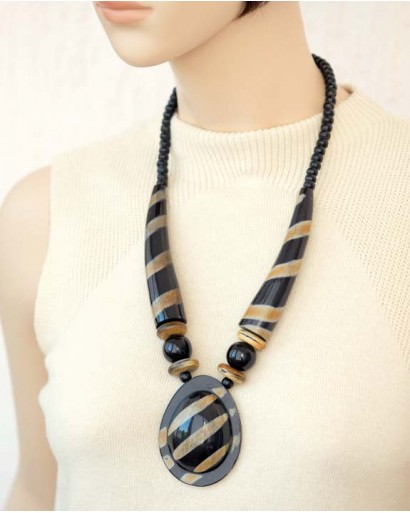 Horn necklace with stripes