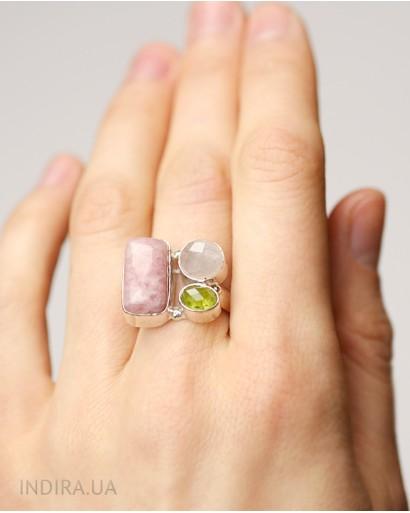 Кольцо с родонитом, розовым кварцем и пренитом