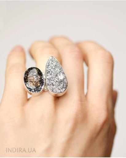 Кольцо с рутиловым кварцем и серой друзой агата